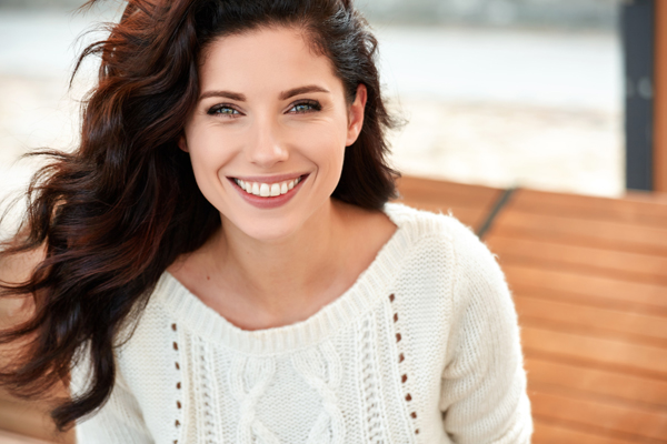 Schöne Frau mit strahlend sauberen Zähnen